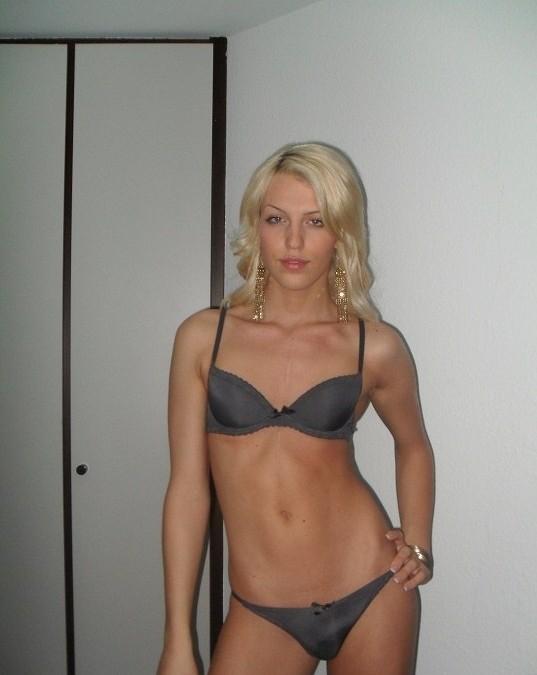 Blondinette célibataire pour un plan cul à trois, avec hommes ou couples